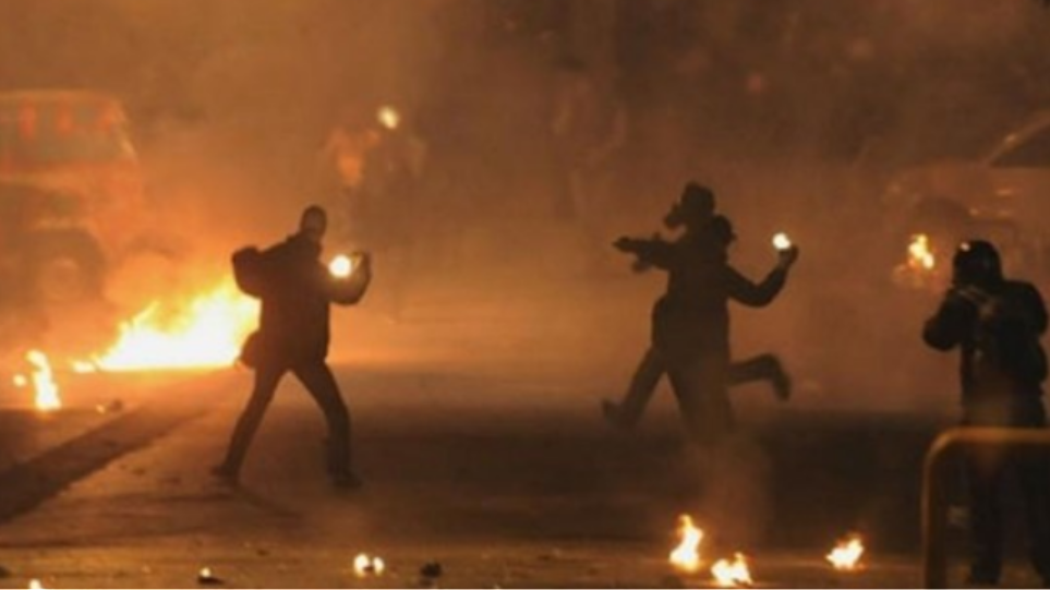Επεισόδια ξέσπασαν στις οδούς Στουρνάρη και Τοσίτσα στα Εξάρχεια
