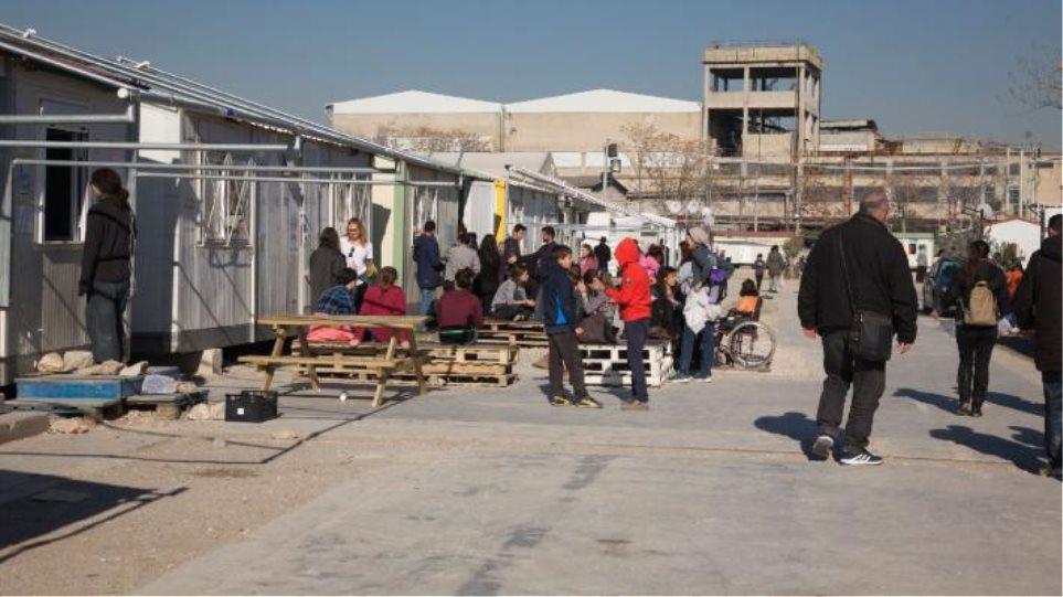 Αστυνομική επιχείρηση για την απομάκρυνση ατόμων από τη δομή φιλοξενίας προσφύγων του Ελαιώνα